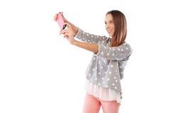 Усмехаясь стильная девушка принимает selfie пока держащ телефон с t Стоковое Изображение RF