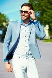Усмехаясь стильный красивый человек в костюме в улице Стоковые Изображения RF