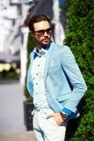 Усмехаясь стильный красивый человек в костюме в улице Стоковое Изображение