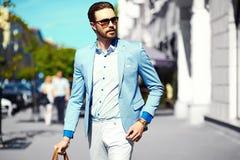 Усмехаясь стильный красивый человек в костюме в улице Стоковое фото RF