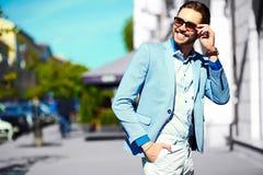 Усмехаясь стильный красивый человек в костюме в улице Стоковое Изображение RF