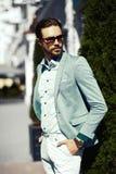 Усмехаясь стильный красивый человек в костюме в улице Стоковая Фотография RF