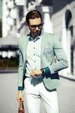 Усмехаясь стильный красивый человек в костюме в улице Стоковая Фотография