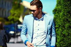Усмехаясь стильный красивый человек в костюме в улице Стоковые Фото
