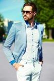 Усмехаясь стильный красивый человек в костюме в улице Стоковые Изображения