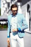 Усмехаясь стильный красивый человек в костюме в улице Стоковое Фото