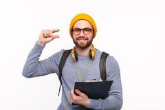 Усмехаясь студент показывая малый размер с жестом стоковая фотография rf