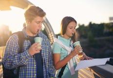 2 усмехаясь студента с их сумками на изучать школы Стоковая Фотография RF