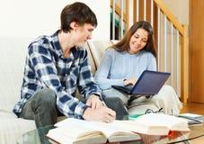 Усмехаясь студенты подготавливая для экзаменов Стоковое Изображение RF