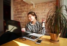 Усмехаясь студент девушки с компьтер-книжкой на образовании таблицы дома Стоковые Изображения RF