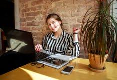 Усмехаясь студент девушки с компьтер-книжкой на образовании таблицы дома Стоковые Фотографии RF
