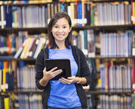 Усмехаясь студент используя планшет стоковые фото