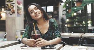 Усмехаясь счастливая дружелюбная молодая женщина сток-видео