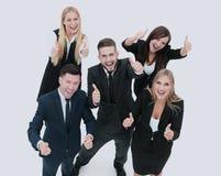 Усмехаясь счастливые предприниматели имея встречу в офисе Показывать t Стоковая Фотография RF
