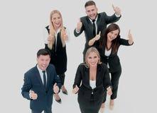 Усмехаясь счастливые предприниматели имея встречу в офисе Показывать t Стоковое Изображение