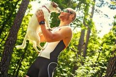 Усмехаясь счастливый человек в sportswear на природе Стоковая Фотография
