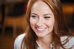Усмехаясь счастливая молодая сторона женщины redhead Стоковое Фото