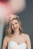 Усмехаясь счастливая невеста с сладостным нежным выражением Стоковая Фотография RF