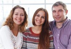 Усмехаясь счастливая семья с дочь-подростком Стоковое Изображение