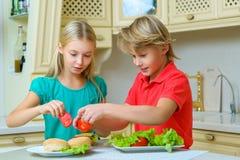 Усмехаясь счастливые мальчик и девушка делая домодельными Стоковая Фотография RF