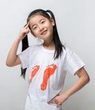 Усмехаясь счастливый азиатский думать девушки Стоковая Фотография