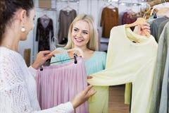 Усмехаясь счастливый ходить по магазинам женщин Стоковое Фото
