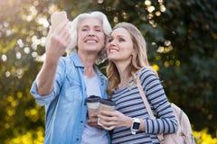 2 усмехаясь счастливых женщины фотографируя Стоковое Изображение