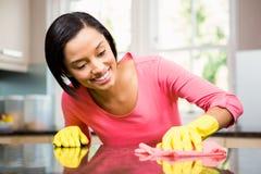 Усмехаясь счетчик кухни чистки брюнет стоковые изображения