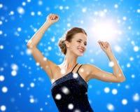 Усмехаясь танцы женщины с поднятыми руками Стоковые Изображения