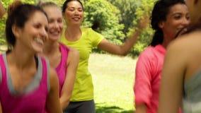 Усмехаясь танцы класса zumba в парке акции видеоматериалы