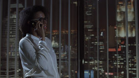 Усмехаясь телефон женщины говоря в офисе Стоковое Изображение RF