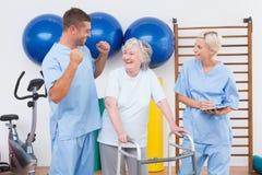 Усмехаясь терапевты с инвалидной женщиной Стоковые Изображения RF