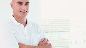 Усмехаясь терапевт стоя с стулом массажа акции видеоматериалы