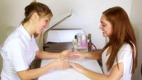 Усмехаясь техник ногтя рассматривая милые руки клиентов акции видеоматериалы