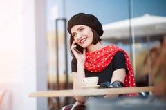 Усмехаясь телефон женщины говоря снаружи Стоковое фото RF