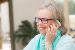 Усмехаясь телефон женщины Стоковая Фотография RF