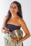 Усмехаясь торт индийской женщины смешивая Стоковые Изображения RF