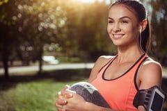 Усмехаясь тренировка девушки в парке Стоковые Изображения RF