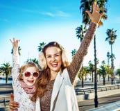 Усмехаясь туристы матери и ребенка в ликование Барселоне, Испании стоковые фотографии rf