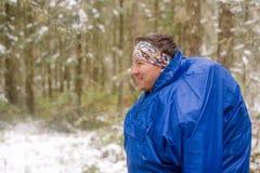 Усмехаясь турист в голубом плаще Стоковые Фото