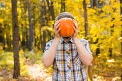 Усмехаясь тыква нося человека outdoors стоковые фотографии rf