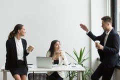 Усмехаясь тысячелетние разнообразные люди команды беседуя во время br кофе Стоковое фото RF