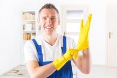 Усмехаясь уборщик на офисе стоковые фотографии rf
