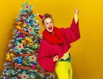 Усмехаясь ультрамодное близко ликование женщины рождественской елки стоковые фото