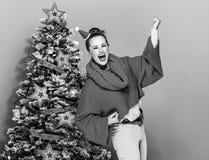 Усмехаясь ультрамодное близко ликование женщины рождественской елки стоковые изображения rf