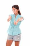 Усмехаясь умная дама смотря вас с большим пальцем руки вверх Стоковое фото RF