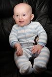 Усмехаясь усаженный младенец стоковое изображение rf