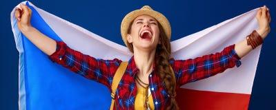 Усмехаясь флаг удерживания ликования hiker женщины приключения чеха Стоковые Изображения RF
