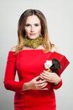 Усмехаясь фотомодель женщины в красном платье с подарочной коробкой рождества Стоковое Изображение