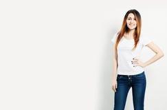 Усмехаясь футболка женщины нося белая Стоковое фото RF